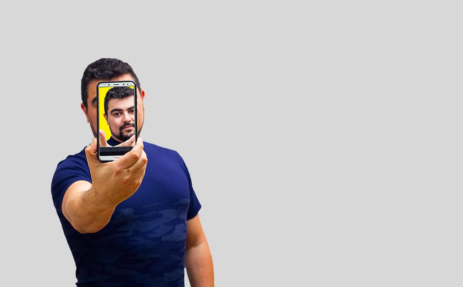 Ezequiel sosteniendo un celular